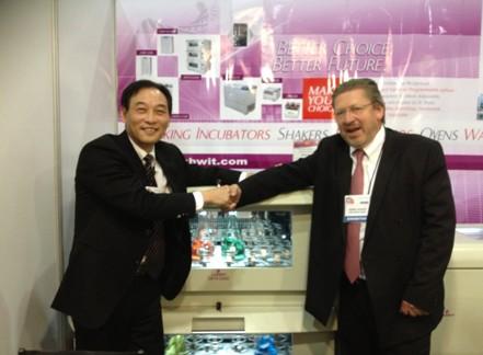 在智城公司展台上沈水兴先生与马库斯•科耐先生握手合影