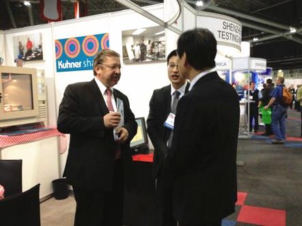 在科耐公司展台上马库斯•科耐先生正在介绍科耐公司情况