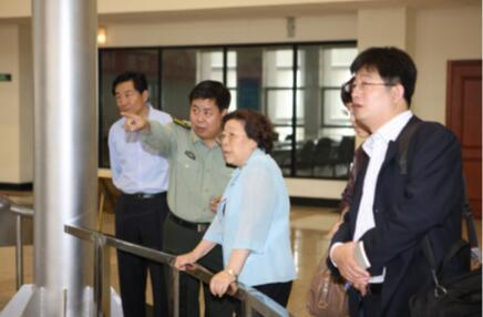 2008年,海尔集团杨绵绵总裁在航天冰箱试验现场指导工作